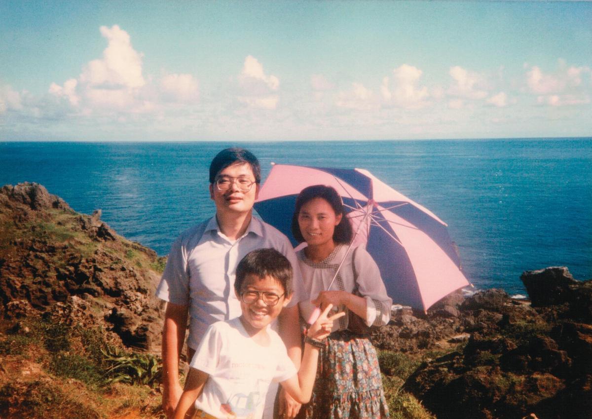 張文政(左)與太太(右)、兒子張振聲(中)的旅遊照。(張文政提供)