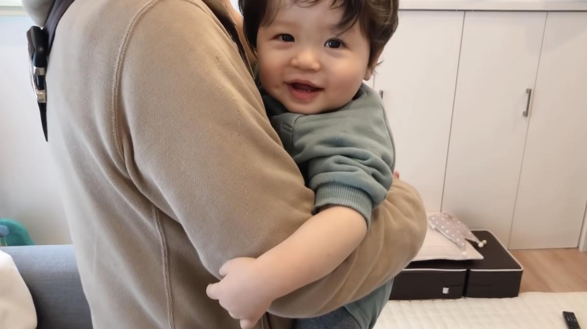 小男孩抱著爺爺不讓他回家。(翻攝影片畫片)