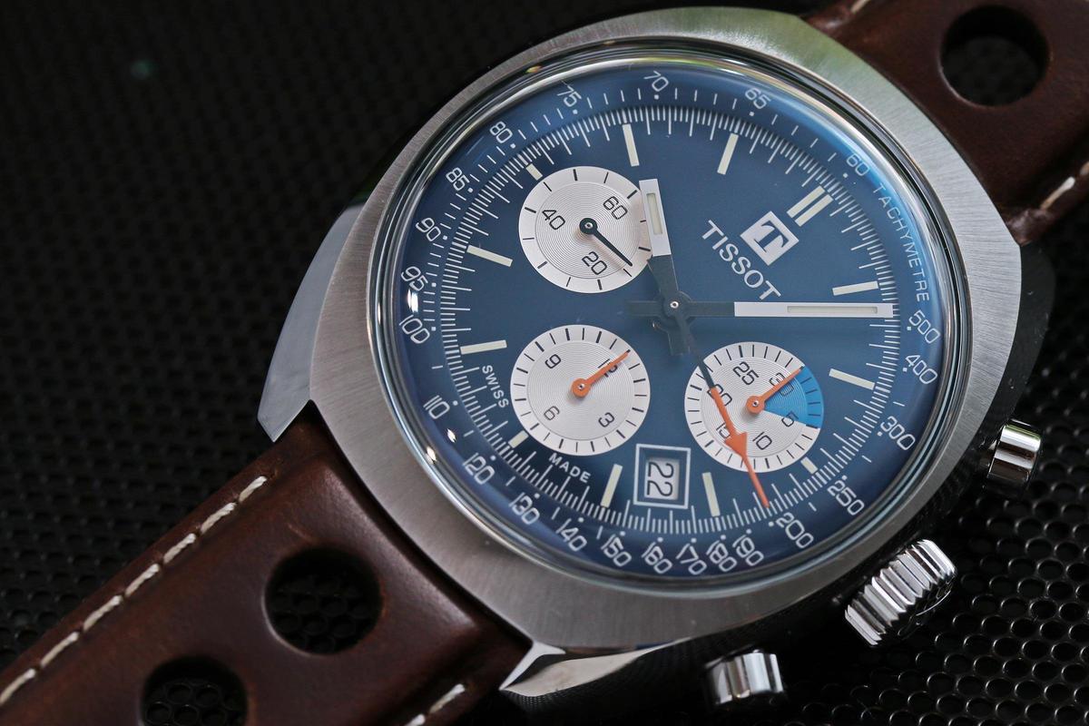 Heritage 1973計時碼錶,藍面白盤的熊貓面,配上復古賽車風深褐色錶帶,定價NT$68,500。