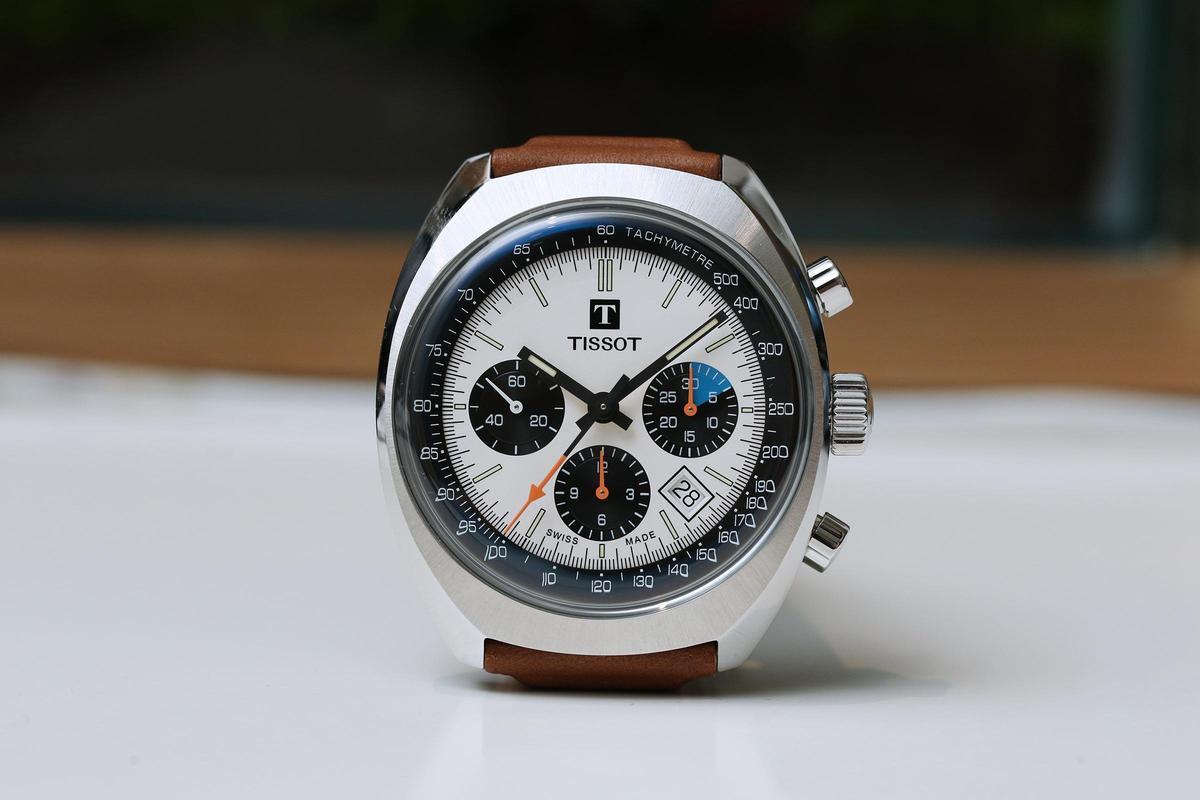 枕型的錶殼、熊帽面盤、蘑菇頭造型的計時按把,加上老式天梭Logo,種種細節展現濃厚復古賽車風。