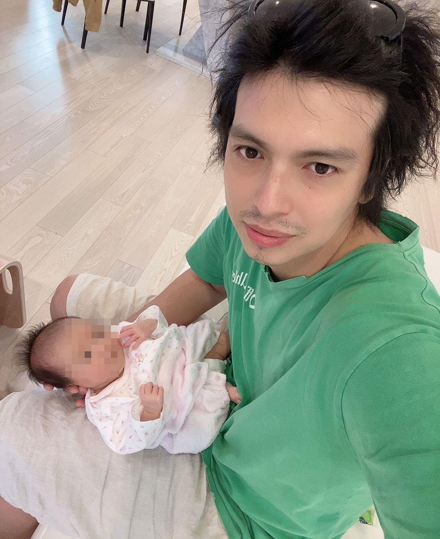川崎希認為老公平常都很主動幫忙照顧小孩或做家事,決定選擇原諒他偷吃。(翻攝自亞歷山大Instagram)