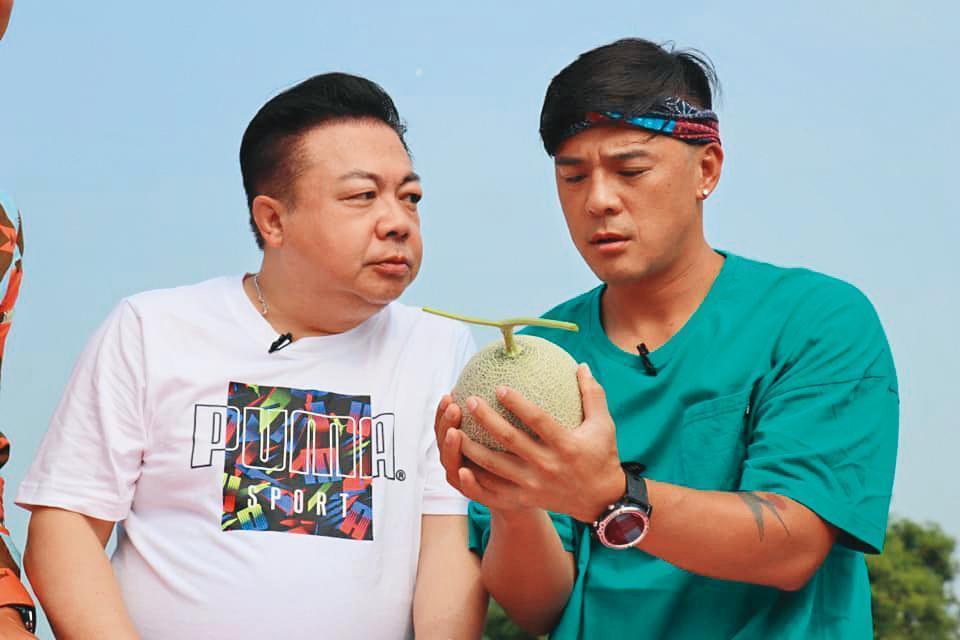 董至成(左)兼任直播主後,也會跟其他藝人合作,為商品衝買氣。右為竇智孔。(翻攝自董至成臉書)
