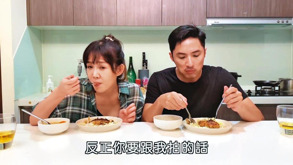 李佳豫跟前男友李運慶至今仍常互動,男方還上她的YouTube頻道一起做菜。(翻攝自李佳豫YouTube頻道)