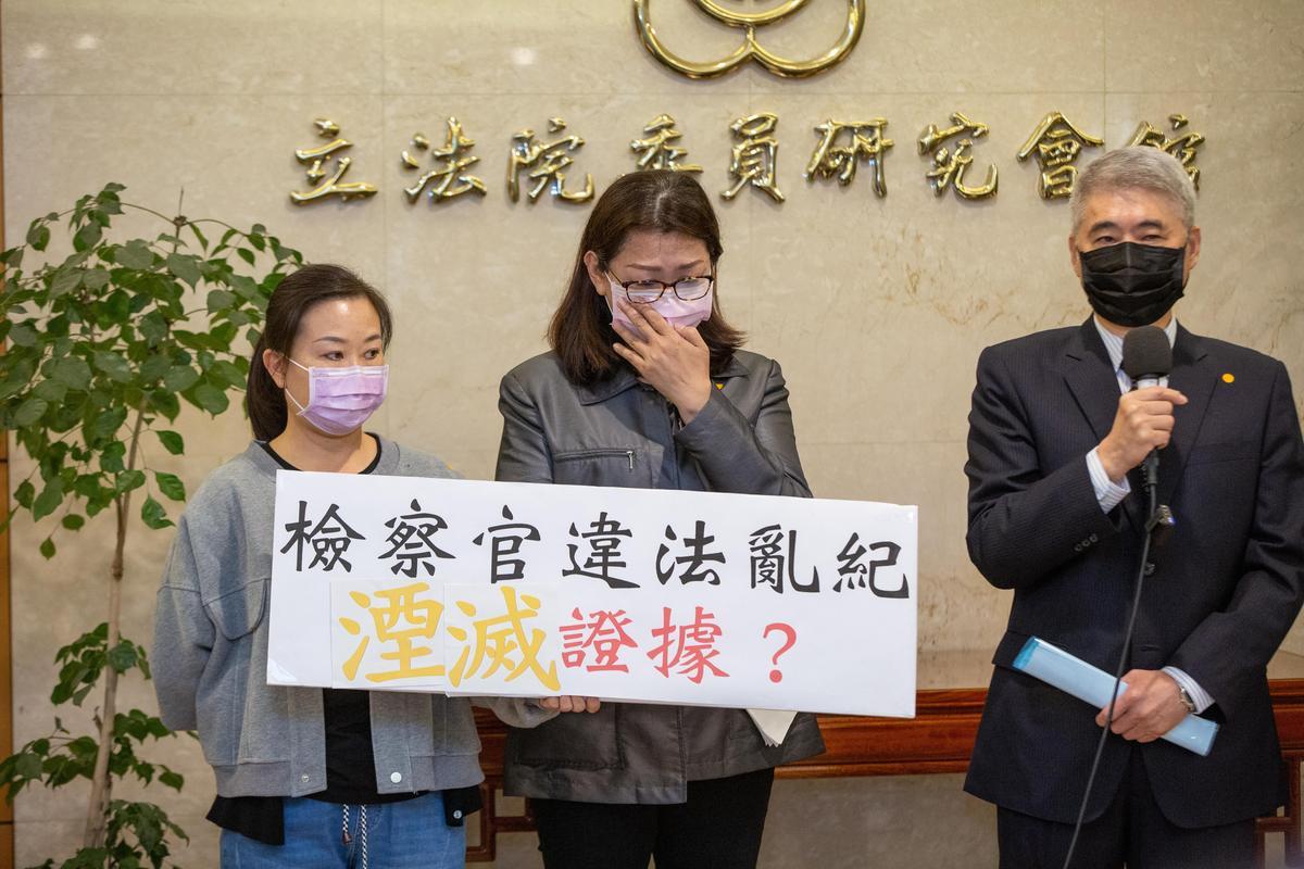 蘇震清妻子(中)與律師(右)本月1日開記者會,宣布蘇震清將絕食抗議。(本刊資料照)