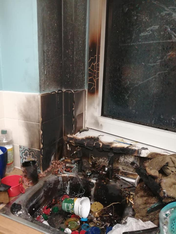 廚房的水槽和窗戶都被炸毀。(翻攝Jodie Crews臉書)