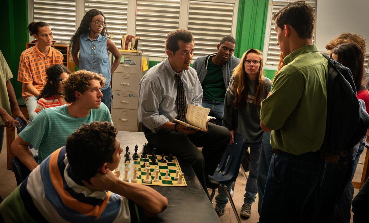 約翰李古查摩自導自演,改編一群來自貧民窟的學生擊敗名校菁英,闖入西洋棋大賽冠軍的故事。(網路圖片)