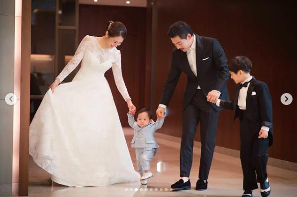 現年34歲的劉荷娜2011年嫁給棒球選手李容圭,現在是兩個孩子的媽,一家四口模樣幸福。(翻攝自 hahana111 IG)