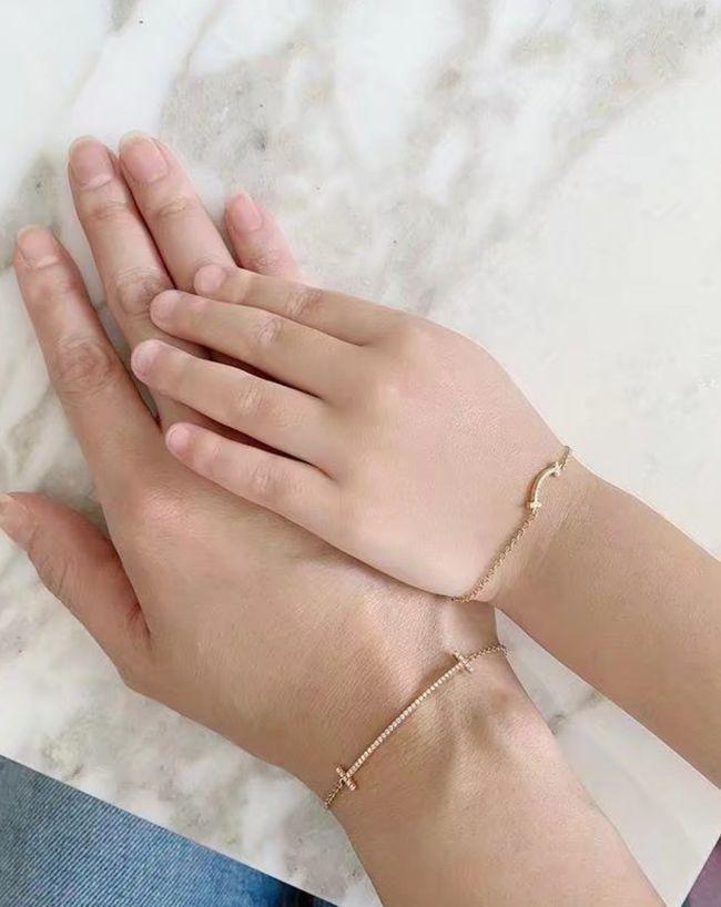 林心如對女兒非常大方,還買名牌手鍊和女兒一起佩戴。(翻攝自微博)