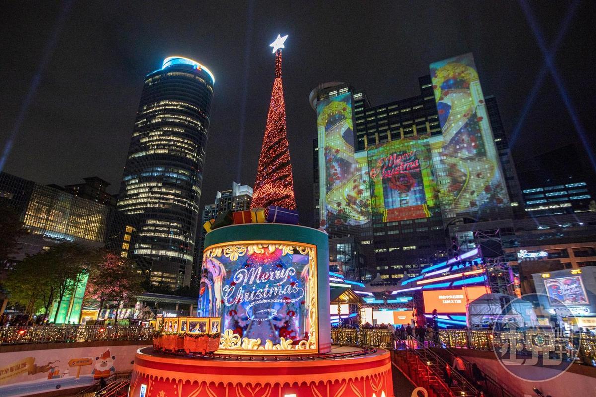「新北歡樂耶誕城」今年結合迪士尼經典童話,以3D光雕雷射投影秀與聲光體驗吸引大批人潮。