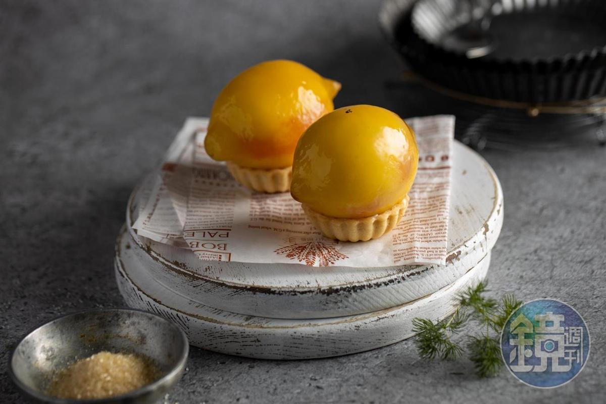 主廚Robert招牌的「糖漬檸檬」內餡添加了粉紅葡萄柚,帶點微苦的酸甜與口感更有層次。(220元/顆)