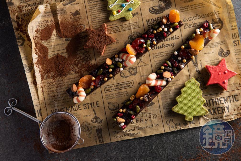「聖誕水果堅果巧克力條」使用比利時與法國巧克力輔以果乾與堅果的香甜。(300元/條)