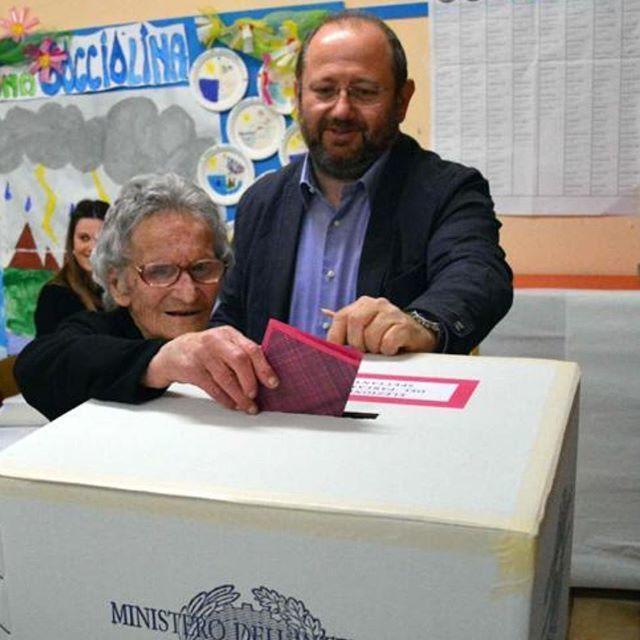 路易莎(左)不會錯過任何一次的投票。(翻攝Corriere推特)