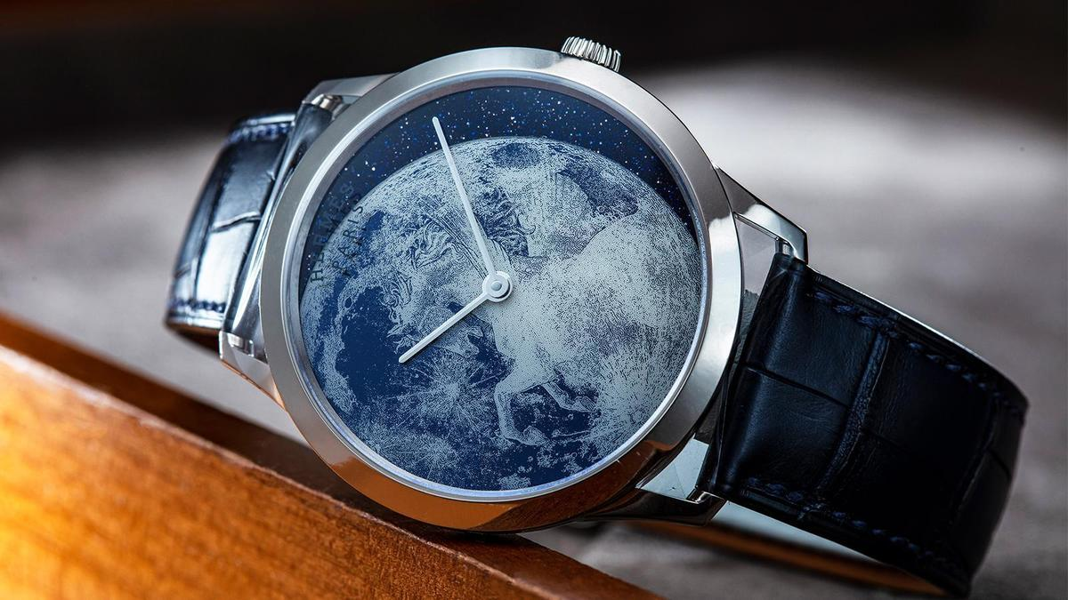 HERMÈS Clair de Lune|藍寶石水晶金屬化工藝是愛馬仕的新技術,先在底盤背面進行有色金屬化閃鍍,接著再以雷射雕刻去除圖案所需部位的金屬化鍍膜,上完白色清漆後再將藍寶石水晶鑲黏在黃銅錶盤上,搭配旁邊的月牙形砂金石呈現飛馬姿態。建議售價:約NT$ 840,000
