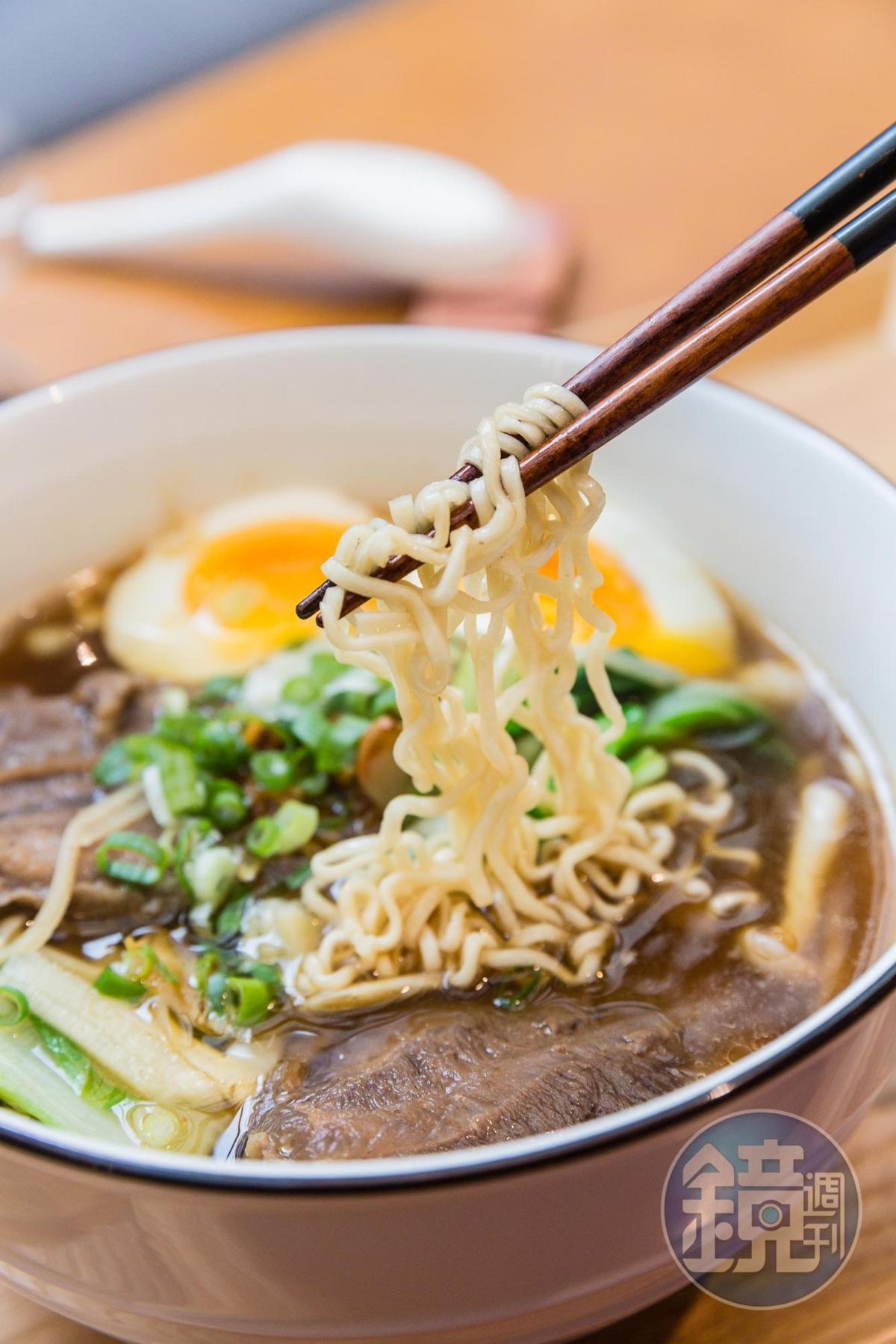 牛肉泡麵光湯頭就要費時6小時熬煮,每日限量30碗。(350元)