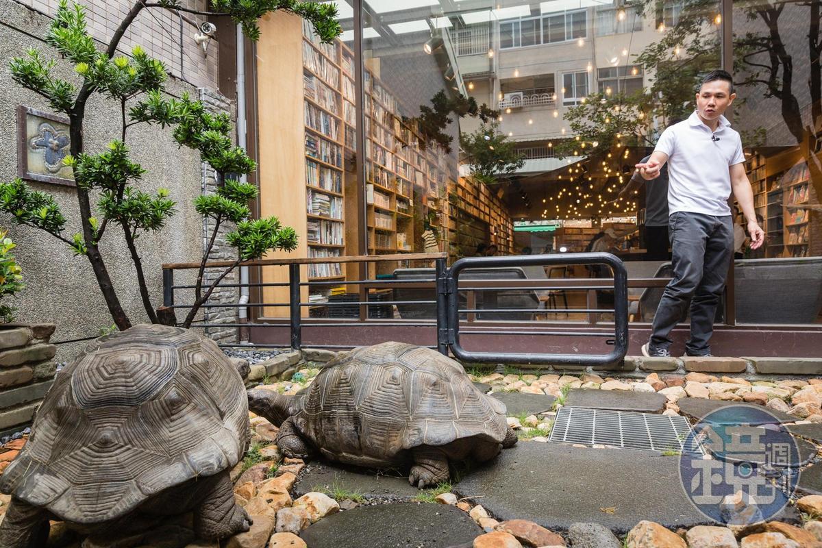 李昆霖熱愛動物,他在Booking漫畫店後院養陸龜,天氣好時會陪寵物做日光浴。