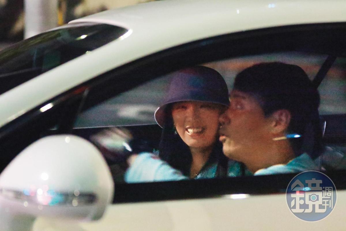 00:26在等紅綠燈期間,兩人開心地在車上聊天,翁子涵笑容滿面。