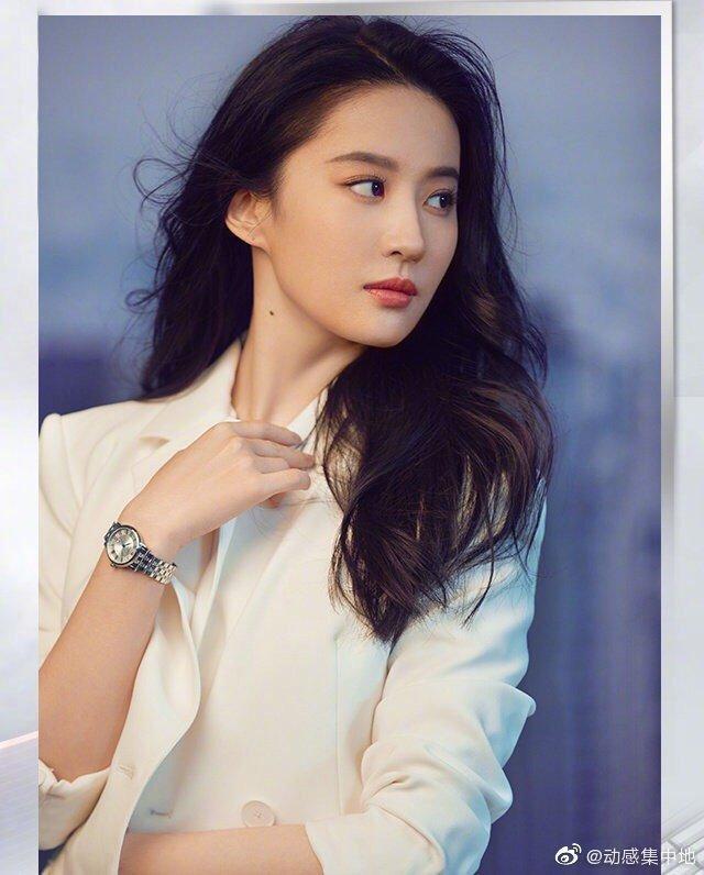 經過精修過的美照,劉亦菲看來英氣十足,以P圖和沒P圖真的差很多。(微博圖片)