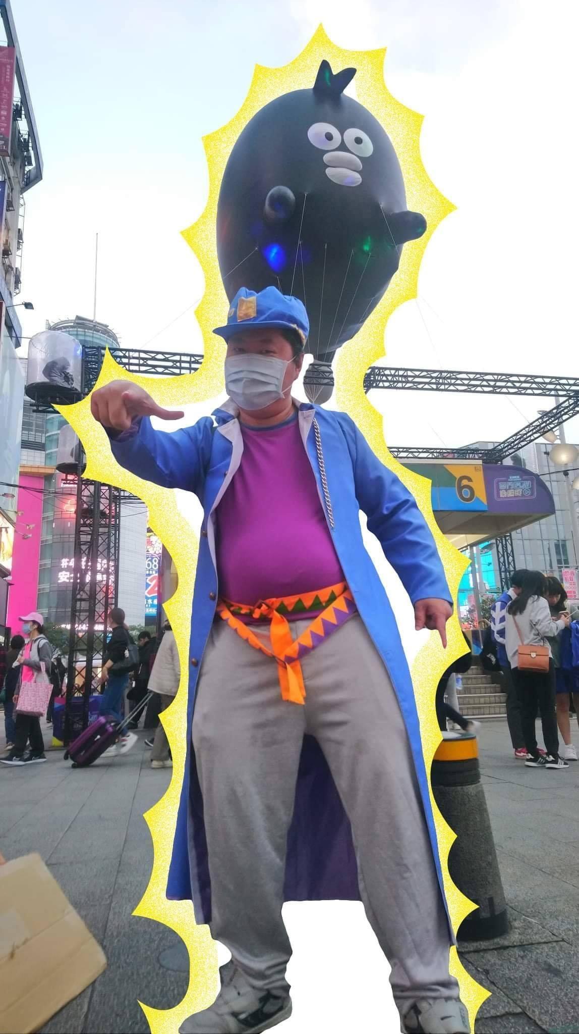 音地大帝扮成《Jojo的奇幻冒險》的角色在西門町徵夥伴。(翻攝自音地大帝臉書)
