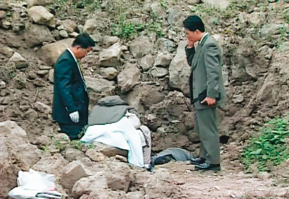 A女的屍體在現太平區的一處產業道路旁被發現,檢警在現場進行鑑識。(東森新聞提供)