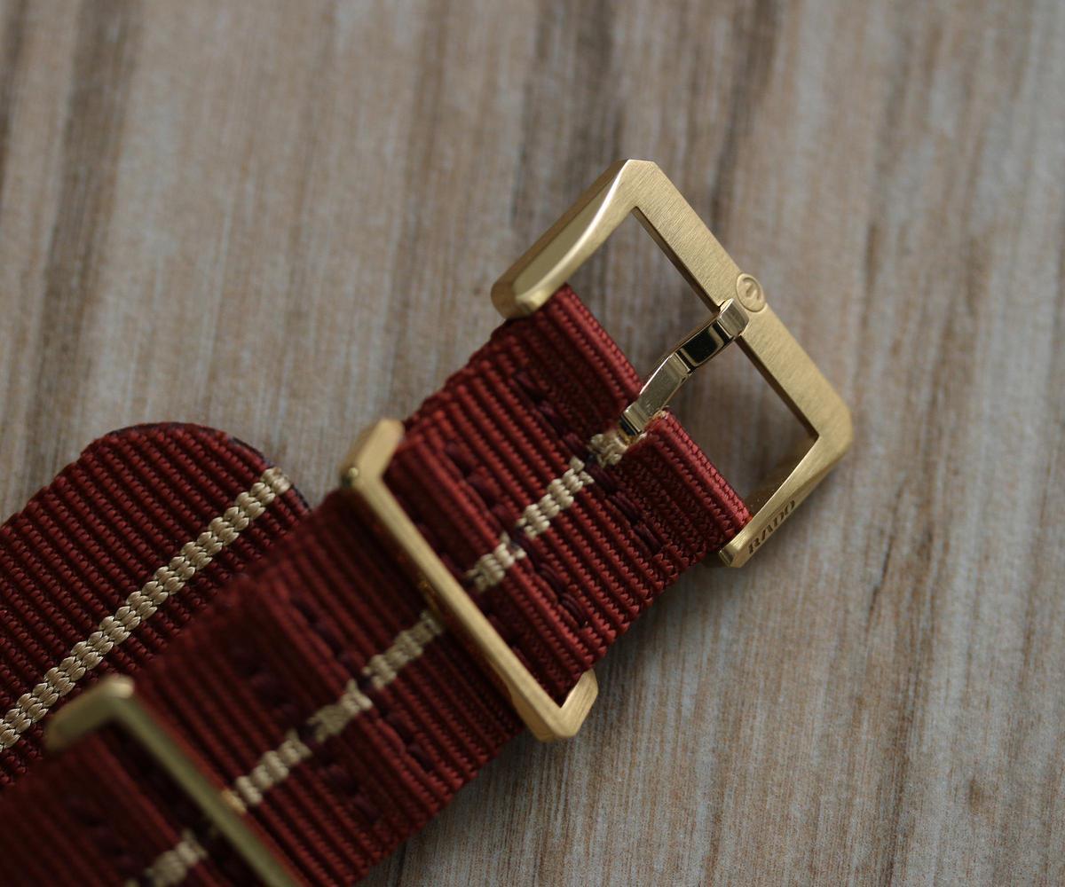 新增加的NATO錶帶,金屬部件也是青銅材質,而且亮霧面細節處理得很棒。