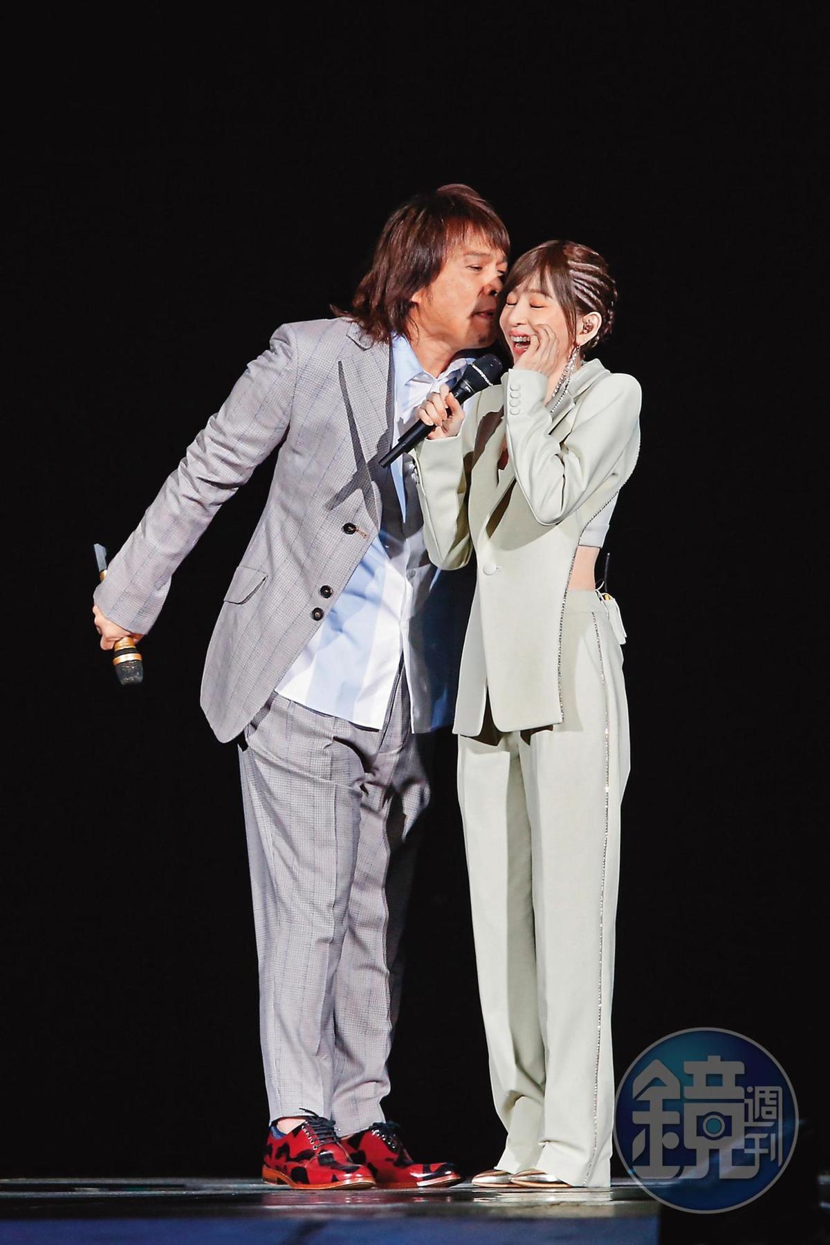 王心凌(右)與伍佰(左)登上台北小巨蛋演唱,完美展現台灣的安定和進步,期能喚起世界人類的覺悟。