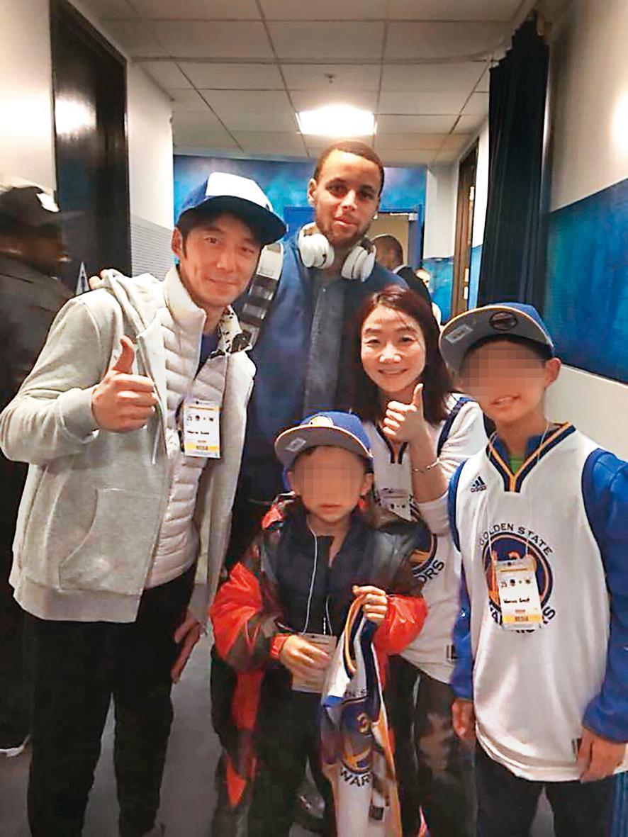 荳荳的偶像是NBA球星柯瑞(後),陶晶瑩(右二)也找機會讓女兒見偶像一面。(翻攝自陶晶瑩臉書)
