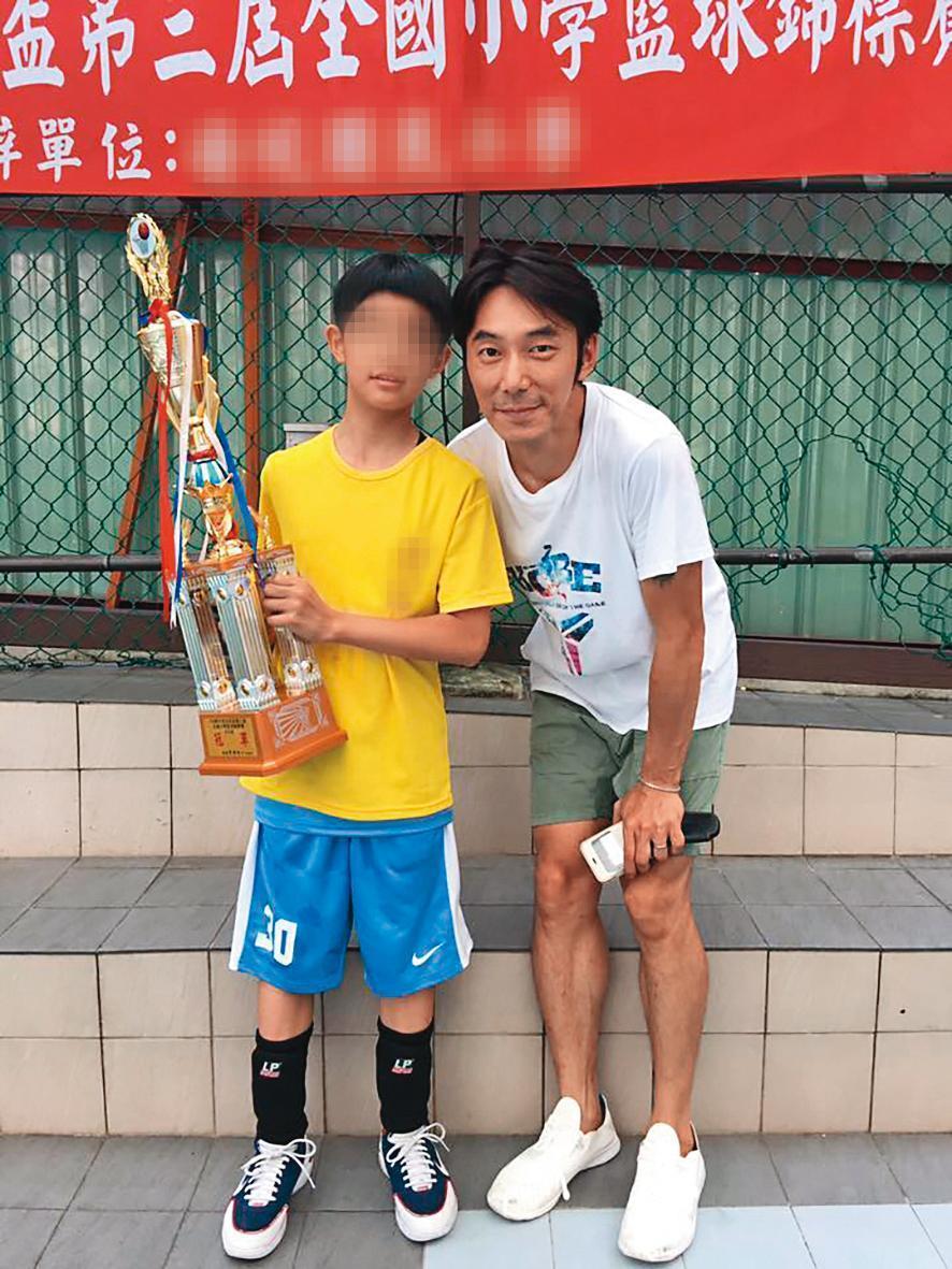 荳荳(左)小學時拿下籃球冠軍,爸爸李李仁(右)也與有榮焉。(翻攝自李李仁臉書)