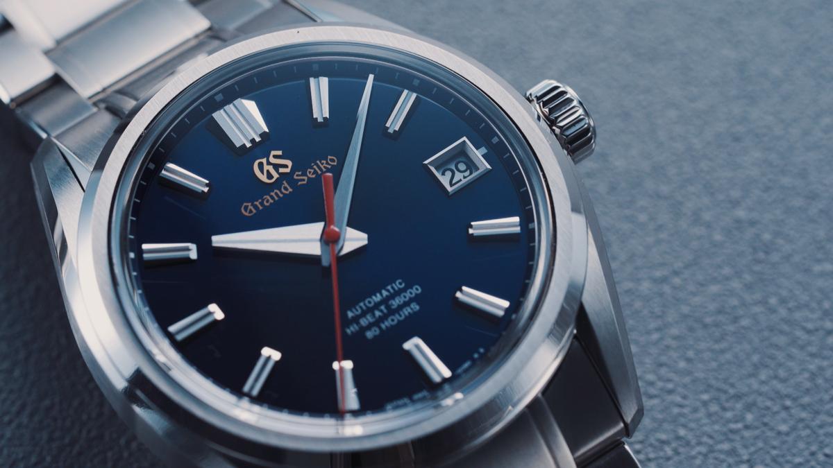 這款精鋼版本的Grand Seiko SLGH003,定價比起SLGH002大幅降低,只要約NT$305,000。是目前市場上最入門的衝擊式擒縱機芯錶款。