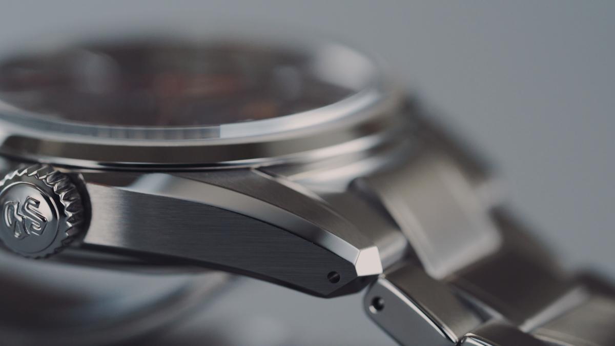 Grand Seiko SLGH003的錶殼設計源自於44GS所創造的Seiko Style的外型,霧面鏡面交錯,交線線與不同切面之間的消失點,做到完美無瑕。