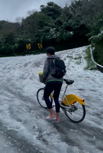 男子事後雙腳凍得很疼,一度擔心會不會要截肢,若有下次一定做好準備再上山賞雪。(翻攝臉書社團「●【爆廢公社公開版】●」,影片由網友 Nick Yang 拍攝)