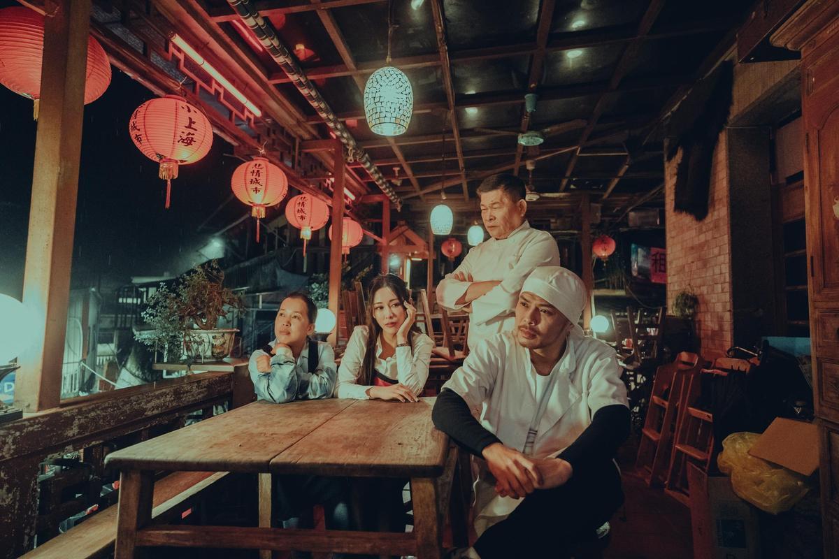 澎恰恰在〈笑著回家〉MV演出因為生意不好,無法再承受債務壓力的餐廳老闆。(亞洲通文創提供)