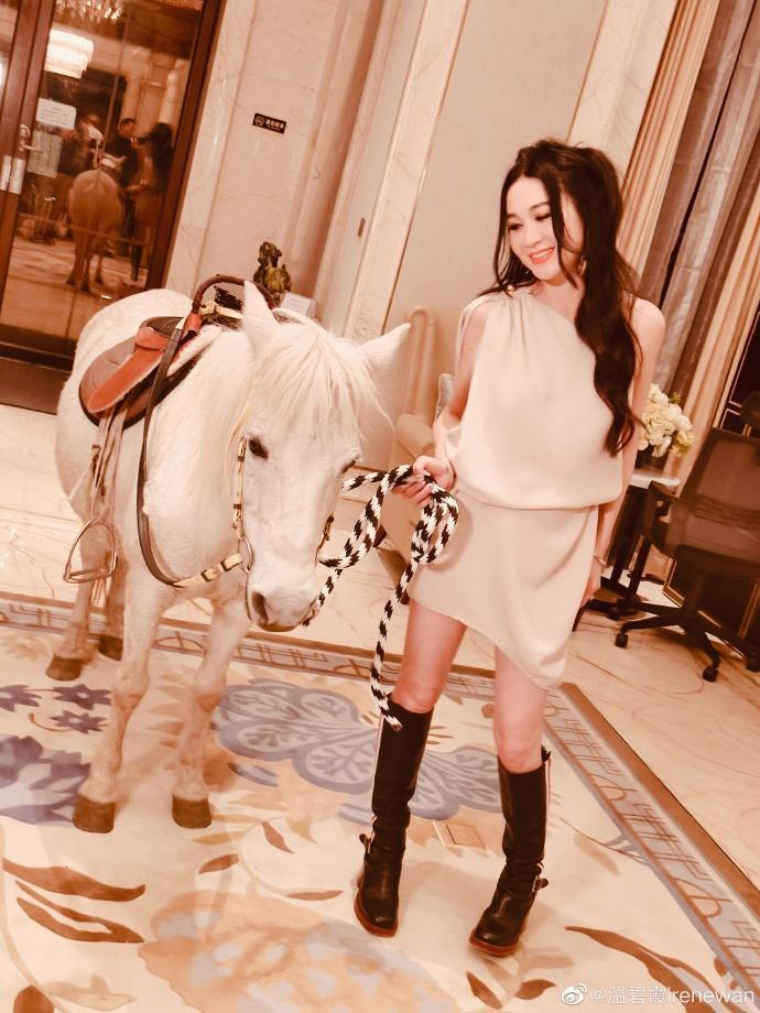 溫碧霞牽著小白馬在客廳遛達。(翻攝自溫碧霞微博)