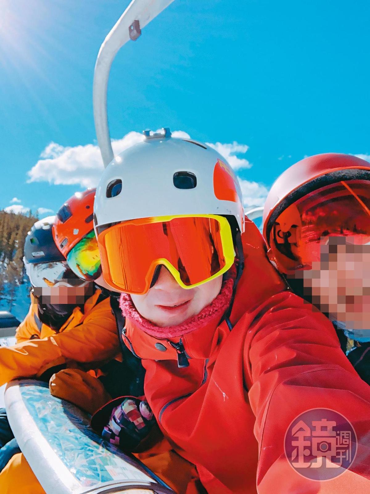 擁有滑雪教練資格的陳翰洋(中),被多名女子指控把滑雪團當成後宮。(讀者提供)