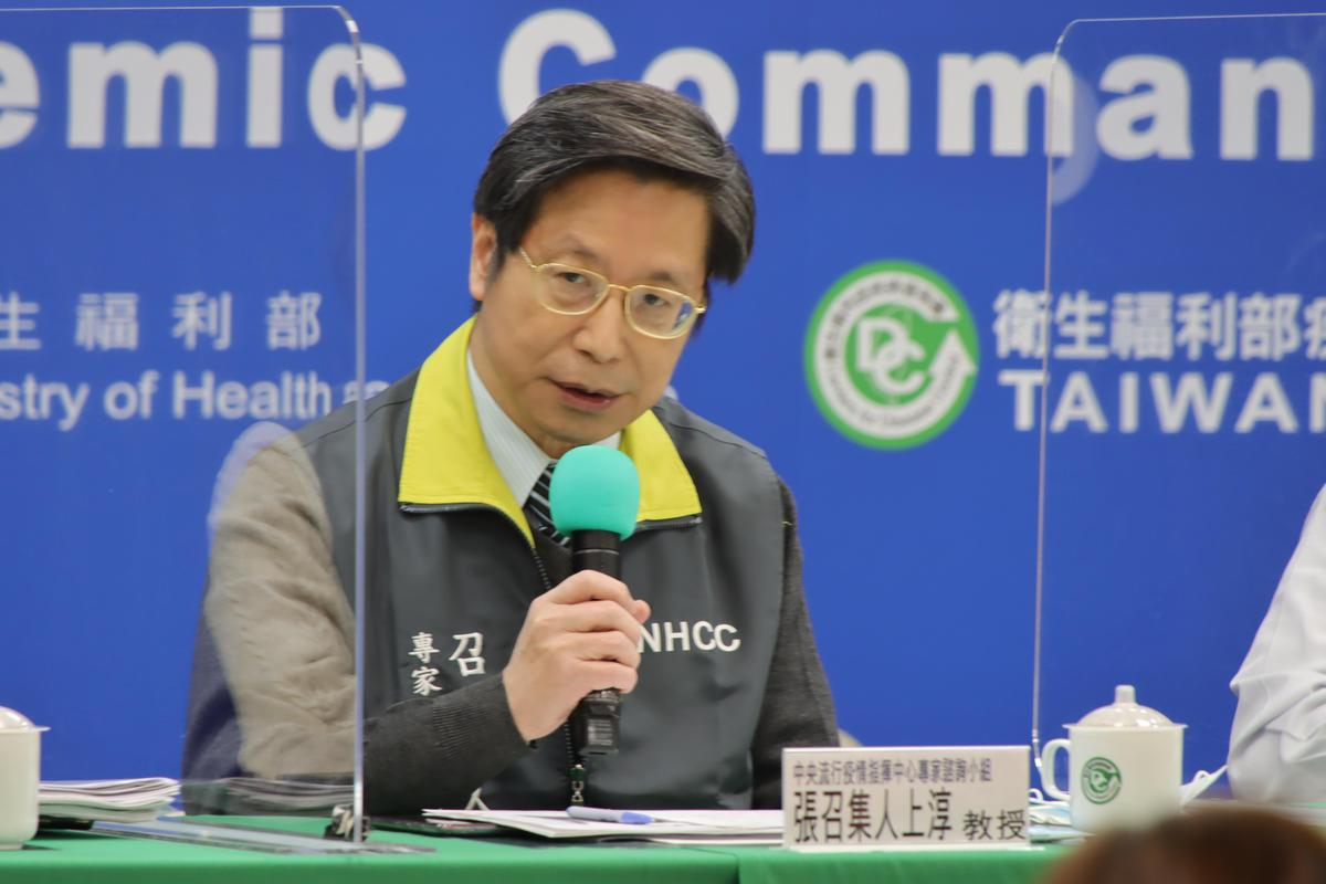 張上淳教授在今(12)日的記者會上說明醫護人員染疫情形。(指揮中心提供)