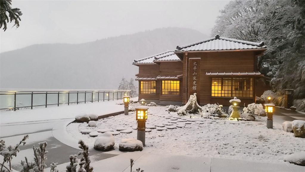 屋齡近70年的太平山文史館,是以太平山生產的珍貴檜木為結構的日式房舍,搭配雪景彷彿一秒來到日本。(林務局羅東林區管理處提供)