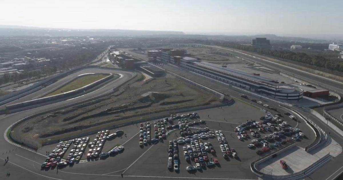 300輛跑車在賽道排出「叱咤風雲」四字。(創映電影、量能影業提供)