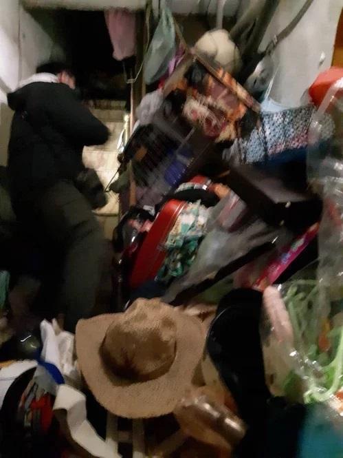 張男家中環境髒亂,警方和社工幾乎是用「爬」的進入。(新北市社會局提供)