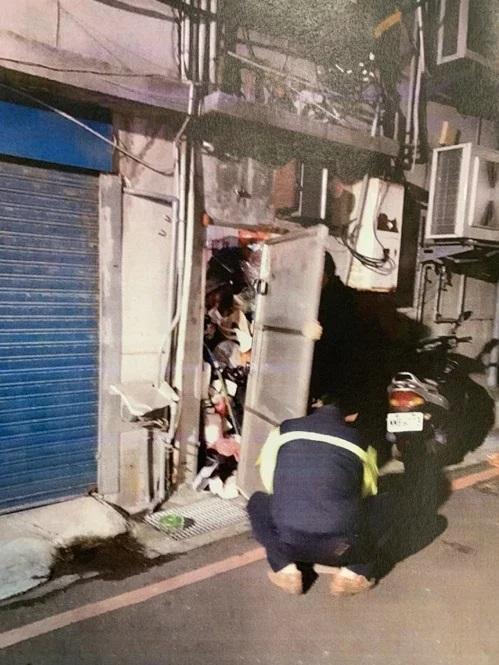 警方和社工破門而入時,門口、通道全是垃圾。(新北市社會局提供)
