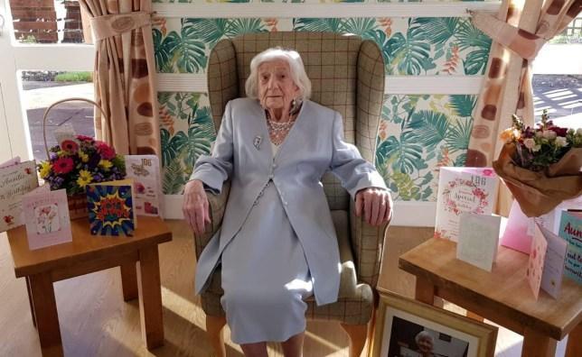 大家幫瑪麗奶奶舉辦溫馨又可愛的生日會。(翻攝sthelensstar網站)