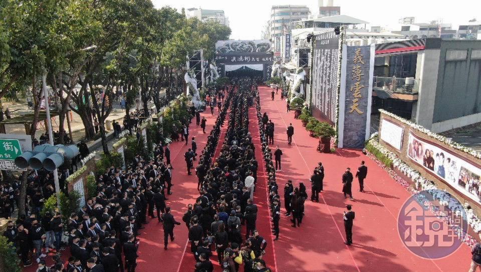 嘉義地方角頭洪鴻彬舉行告別式,場面相當浩大。(讀者提供)
