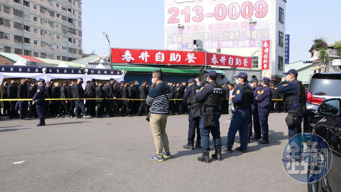嘉義警方出動霹靂小組,在洪的告別式現場監控。(讀者提供)