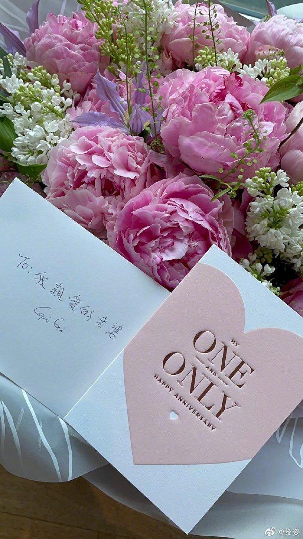 黎姿老公送上花束與手寫「我親愛的老婆」卡片。(翻攝自黎姿IG)