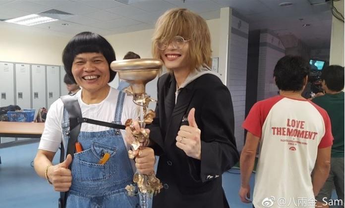 近年八兩金事業重心轉往中國大陸,常帶著兒子一起宣傳演出。(攝自八兩金微博)