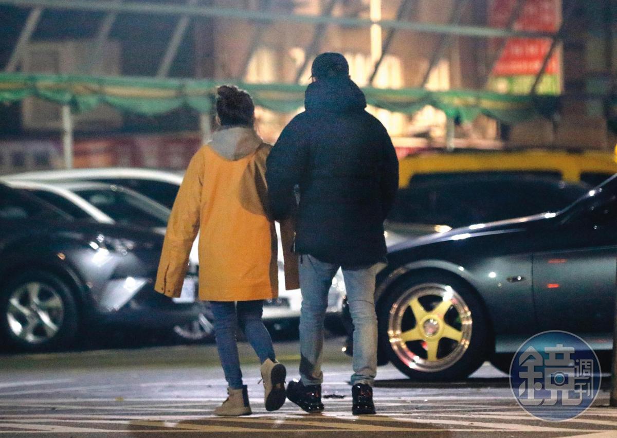 1月9日02:13,男生的手勾向愛紗(左),在深夜之中展現身體誠實的部分。