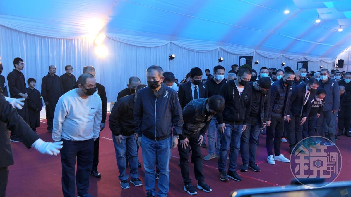 陳盈助日前帶領一群黑衣人,到嘉義地方幫派「黃昏市場幫」老大洪鴻彬的靈堂前致意。(讀者提供)