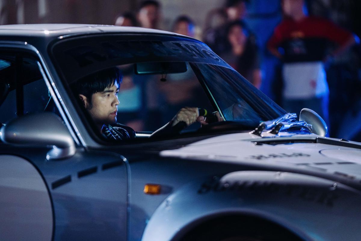 周杰倫在台北港拍攝時也坐上賽車。(創映電影、量能影業提供)