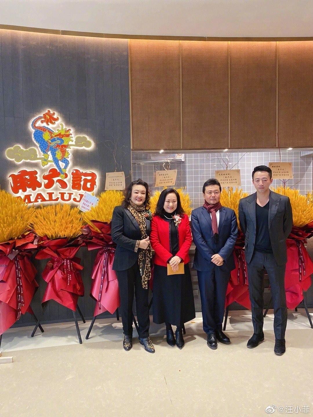 汪小菲(右1)前段日子在北京忙著開設新餐飲品牌,才讓他沒空來台與妻小團聚。(翻攝自汪小菲微博)