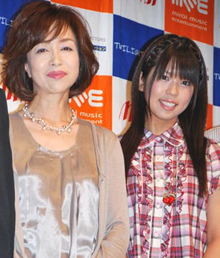 坂口杏里(右)曾和母親坂口良子一起露臉並踏入演藝圈,良子8年前病逝。(翻攝自網路)
