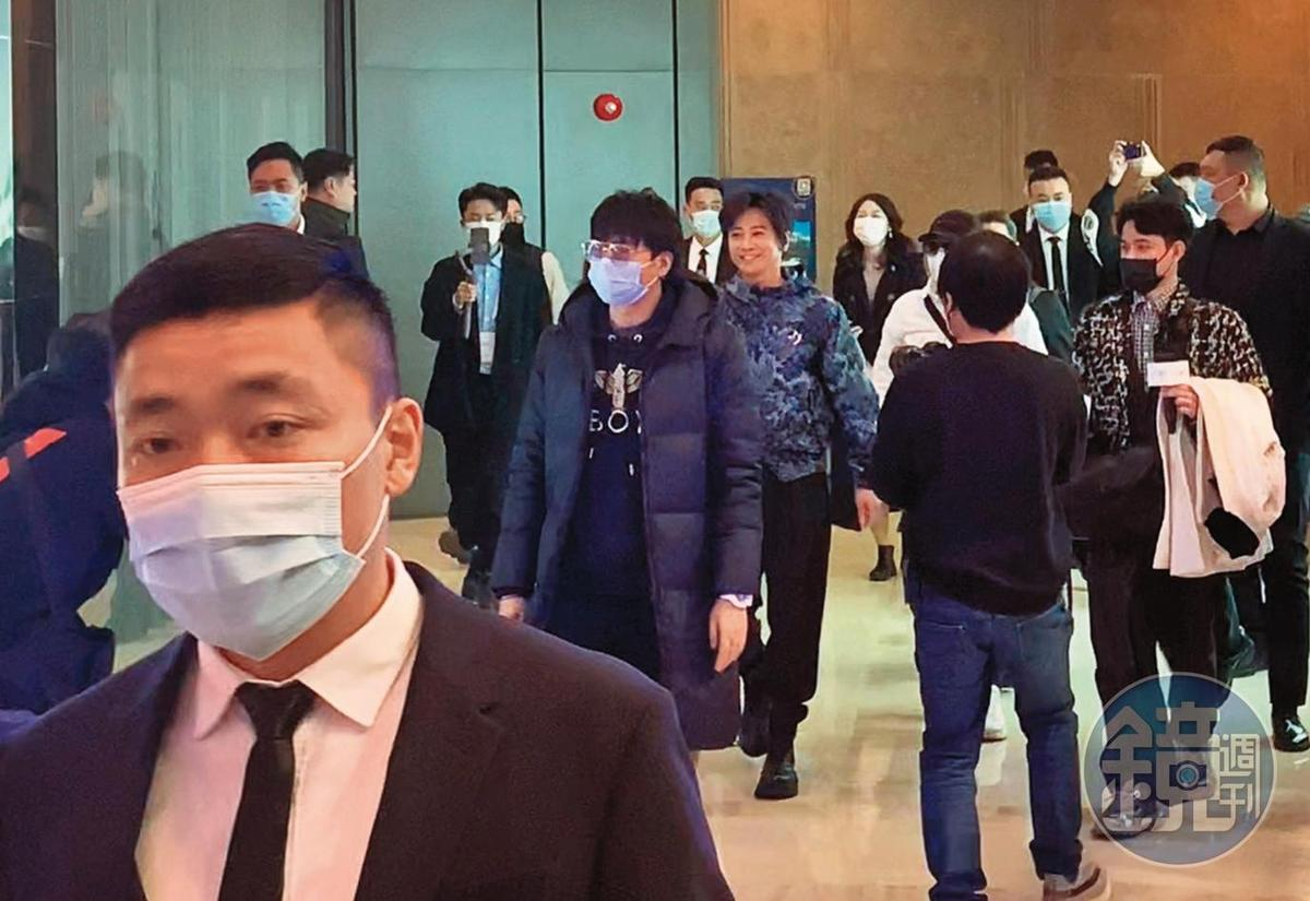 孫耀威走在飾品的品牌開幕活動會場時,10位保鑣前後散開警戒盯場,排場驚人。(讀者提供)