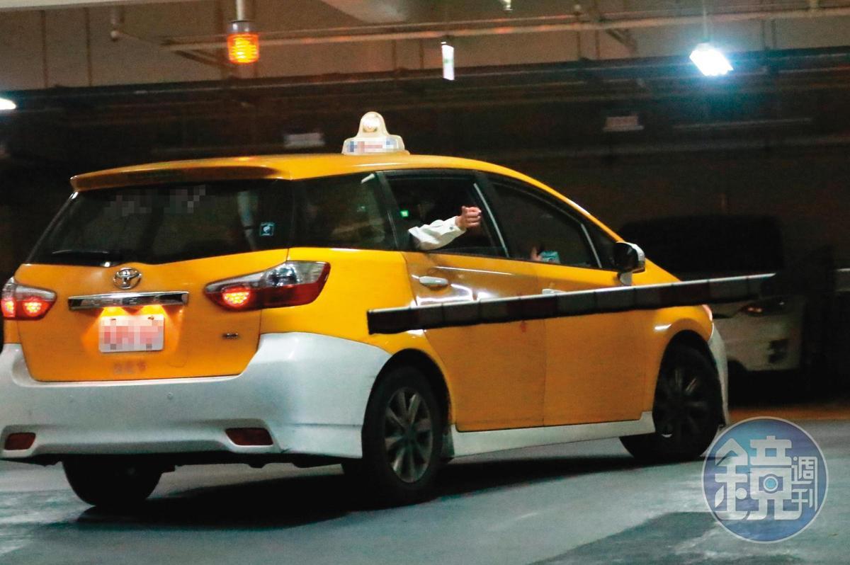 03:56,湯宇把蕾菈帶回家後,電燈泡男子獨自坐著同輛計程車離開。
